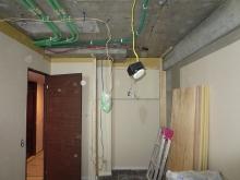 解体工事中です。既設の押入れも撤去しました。躯体の遮音補強が始まりました。