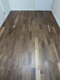 床は無垢のウォールナット材です。 落ち着いた雰囲気になります。
