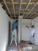 解体作業です。天井高をできる限り確保するために解体を行います。