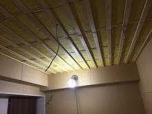 浮き床の上に防音室側の下地を組み、お部屋の中にもう一つお部屋をつくっていきます。 天井は遮音補強後に吸音天井に仕上げていきます。