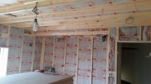 浮き床の上に柱を建てて防音室側の壁をつくっていきます。