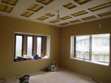 壁と天井ができあがってきました。 窓には内側に2重のサッシを計画しています。