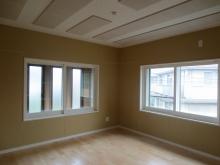 木工事が完了しました。天井は吸音パネルを設置し音の反響を調節しています。 腰窓にガラスサッシがはいりました。