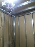 躯体の遮音補強後に鉄骨を組み防音室側の壁を作っていきます。