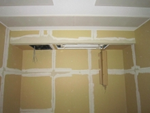 天井に使用している吸音パネルは弊社オリジナルです。 音の反響を調節し長時間の演奏にも疲れにくい空間に仕上げます。