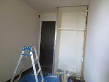 既設収納も取り壊しお部屋を広く使います。 防音工事後に本棚を設けます。