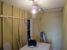 開口部移動と躯体の遮音補強がおわりました。 新しい柱をたてて防音室側の壁と天井を作っていきます。