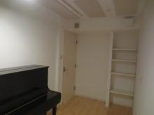 ピアノも入り完成です。本棚も設けています。