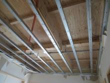 解体作業が始まりました。天井の鉄骨も撤去します。