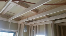 躯体補強の後に新しい柱を建てて防音室側の壁を作っていきます。防音室の特徴である2重構造を作っていきます。
