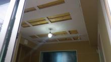 遮音補強後に天井は吸音天井に仕上げていきます。