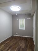 クロスが完了しました。 床は無垢のウォールナット材を使用しています。