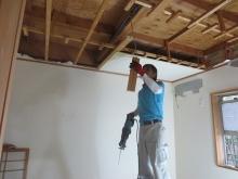 天井高をできる限り高く確保するため天井を壊します。