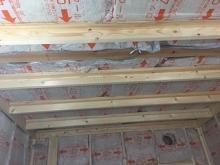 躯体の隙間埋めが終わったあと、防音室側の壁と天井の下地を組み、ぎっしり断熱材を詰めていきます。