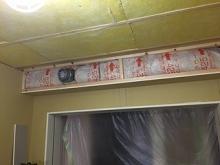 断熱材を詰めた後、石膏ボードを張って壁と天井を完成させます。 吸排気のチャンバー室にも断熱材をぎっしりつめています。