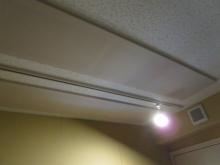 天井は弊社オリジナルの吸音パネルを張って音の反響を調節します。 木工事が完了しました。この段階で音テストを行います。