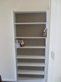廊下側に設けた本棚です。