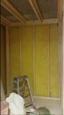 新しい柱を建てて防音室側の壁と天井を作っていきます。