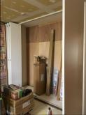 コントロール室隣部屋には本棚を設けます。