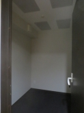 コントロール室です。 天井には弊社オリジナルの吸音パネルを設置して音の反響を調節しています。