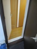 浮き床を施工しているので廊下より少し床が上がります。
