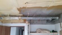 解体工事が始まりました。 既設の天井と床、壁を撤去します。