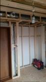 遮音補強が始まりました。浮き床を作り、その上に柱を建てていきます。