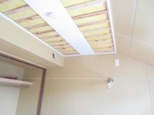 天井を吸音天井に仕上げていきます。 音の反響を調節し長時間の練習にも疲れにくい空間に仕上げていきます。