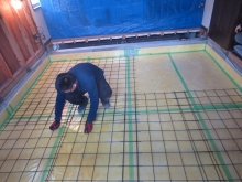 浮き床コンクリートの下地組みです。 玉砂利を敷き、断熱材を張って防湿シートとワイヤーメッシュを張ります。