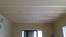 遮音補強をしていきます。天井と壁には石膏ボードをはっていきます。