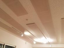 吸音天井が完成しました。 弊社オリジナルの吸音パネルを設置し音の反響を調節しています。