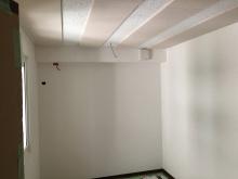 クロス施工完了です。 天井には弊社オリジナルの吸音パネルを設置し、音の反響を調節しています。