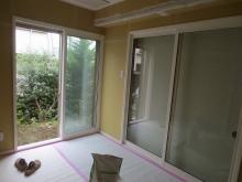 掃き出し窓とリビング側の開口と腰窓は生かしとても明るいお部屋に仕上がりました。