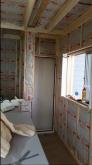 ぎっしり断熱材を詰めていきます。 このあと石膏ボードを張り、防音室側の壁と天井をつくります。