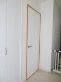 完成です。廊下側は既設のドアを再設置しています。のちにいつでも防音ドアを取り付けられるよう計画しています。