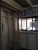 躯体の補強後に防音室側の新しい柱を立てていきます。