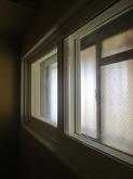 既設の窓の内側に樹脂サッシを2重で設置し遮音補強です。