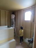 躯体の遮音補強を行い、新しい下地を組んで防音室の壁を作っていきます。