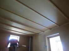 お部屋の中に浮いたお部屋をもう一つ作っていくのが防音室の特徴である2重構造です。