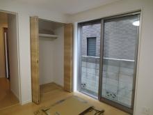 改修前のお部屋です。掃き出し窓は陽の光が入るよう内側の樹脂サッシを2重に入れて3重の窓に仕上がります。