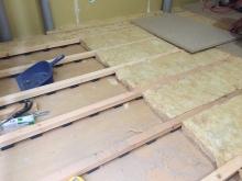 解体後に遮音補強が始まりました。 まずは躯体の補強です。浮き床を作っています。