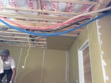 躯体の補強が終わり、躯体に触れないように下地を組んで防音室側の壁を作っていきます。 空気層には断熱材を詰めています。