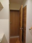入口には内側に木製防音ドアを設置し、廊下側には既設建具を再設置しています。 基本2重のドアを計画します。