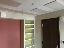 弊社防音室は吸音天井に仕上げます。 音の反響を調節し、長時間の練習にも疲れにくい空間に仕上げます。