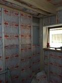 躯体壁と触れないお部屋を内側に作っていきます。 出来上がりは工事前のお部屋より1畳ほど小さく仕上がります。