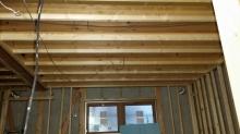 弊社の木工事がはじまりました。 躯体壁に触れないように下地を組んでいます。