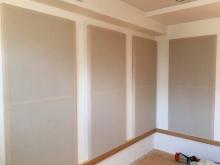 クロス工事後に壁の吸音パネルを設置しに伺いました。