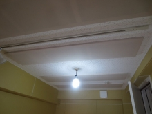 吸音天井です。 弊社の防音室は楽器に合わせて音響を考えます。 ピアノ室の場合、天井に吸音パネルを設置します。