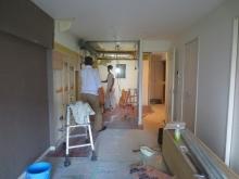 改修工事が始まりました。解体作業です。 新しい間仕切り壁を作り、防音室横部屋にキッチンが入ります。