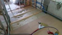 解体後に浮床を作っています。 弊社の防音室はゴムで浮かせています。